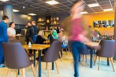 Εσκί Σεχίρ, Τουρκία - 15 Απριλίου 2017: Οι άνθρωποι που κάθονται σε έναν καφέ ψωνίζουν Στοκ Φωτογραφία