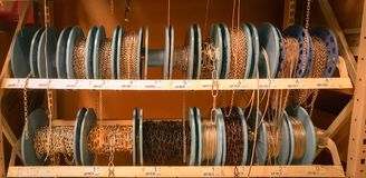 Εσκί Σεχίρ, Τουρκία - 16 Αυγούστου 2017: Διαφορετικά είδη των αλυσίδων μετάλλων που τυλίγονται στη σπείρα στο ράφι στην αγορά κατ Στοκ Εικόνες