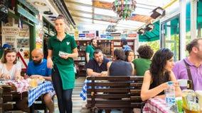 Εσκί Σεχίρ, Τουρκία - 16 Ιουλίου 2017: Οι πελάτες και το πολυάσχολο προσωπικό στο εστιατόριο κουζίνας μοντέρνων κόσμων κάλεσαν το Στοκ φωτογραφίες με δικαίωμα ελεύθερης χρήσης