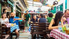 Εσκί Σεχίρ, Τουρκία - 16 Ιουλίου 2017: Οι πελάτες και το πολυάσχολο προσωπικό στο εστιατόριο κουζίνας μοντέρνων κόσμων κάλεσαν το Στοκ φωτογραφία με δικαίωμα ελεύθερης χρήσης