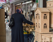 Εσκί Σεχίρ, Τουρκία - 13 Μαρτίου 2017: Γυναίκα που εξετάζει τα αγαθά στη λεωφόρο στοκ φωτογραφία