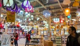 Εσκί Σεχίρ, Τουρκία - 12 Μαρτίου 2017: Προσωπικό και πελάτες στην αγορά Στοκ Φωτογραφίες