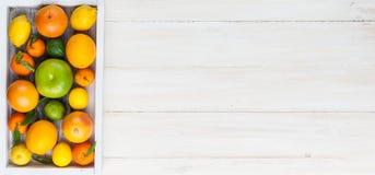 εσπεριδοειδή σε ένα ξύλινο κιβώτιο Στοκ φωτογραφία με δικαίωμα ελεύθερης χρήσης