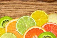 Εσπεριδοειδή του λεμονιού, πορτοκάλι, γκρέιπφρουτ, ασβέστης στο ξύλινο textu στοκ εικόνα