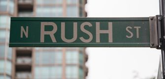Εσπευσμένο σημάδι οδών στο Σικάγο στοκ εικόνες