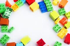 εστίαση ακρών τούβλων ομάδων δεδομένων που απομονώνεται κοντά στο πλαστικό εκλεκτικό λευκό παιχνιδιών στοκ εικόνα