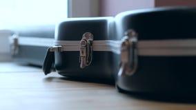 Εστίαση καταδίωξης, μαύρη περίπτωση κιθάρων 4K ηλεκτρική μουσική απεικόνισης κιθάρων έννοιας απόθεμα βίντεο