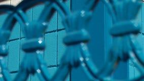 Εστίαση που τραβά στα μπλε χρωματισμένα κιγκλιδώματα απόθεμα βίντεο