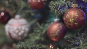 Εστίαση που τραβά στα Χριστούγεννα και τη νέα διακόσμηση έτους Θολωμένο περίληψη υπόβαθρο διακοπών Bokeh Αναβοσβήνοντας γιρλάντα απόθεμα βίντεο