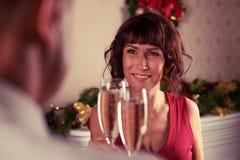 Εστίαση ραφιών του ανώτερου ζεύγους που γιορτάζει μαζί στεμένος Στοκ φωτογραφίες με δικαίωμα ελεύθερης χρήσης