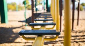 Εστίαση σκαλοπατιών ισορροπίας παιδικών χαρών που εξασθενίζει στο υπόβαθρο Στοκ Εικόνα