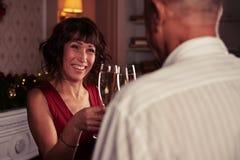 Εστίαση στην ευτυχή ανώτερη γυναίκα που ένα glasse της σαμπάνιας με Στοκ Φωτογραφία