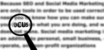Εστίαση στο κείμενο που χρησιμοποιεί μια ενίσχυση - γυαλί Στοκ εικόνα με δικαίωμα ελεύθερης χρήσης