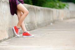 Εστίαση στο κορίτσι στο κόκκινο παπούτσι Στοκ εικόνα με δικαίωμα ελεύθερης χρήσης