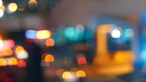 Εστίαση de του φωτεινού σηματοδότη τη νύχτα απόθεμα βίντεο