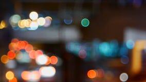 Εστίαση de του φωτεινού σηματοδότη τη νύχτα φιλμ μικρού μήκους