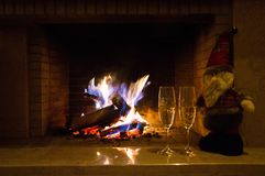 Εστία και Άγιος Βασίλης κοντινοί γυαλιά δύο σαμπάνιας Στοκ φωτογραφίες με δικαίωμα ελεύθερης χρήσης