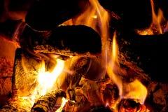 Εστία και πυρκαγιά εστιών, καυσόξυλο Στοκ φωτογραφία με δικαίωμα ελεύθερης χρήσης