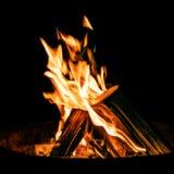 Εστία με να καψει τα ξύλινα κούτσουρα, πυρά προσκόπων σε έναν ορειχαλκουργό τη νύχτα Στοκ Εικόνες