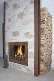 Εστία με τον ακατέργαστο σίδηρο Ι σχεδιαγράμματα και ξύλο στοκ φωτογραφίες με δικαίωμα ελεύθερης χρήσης