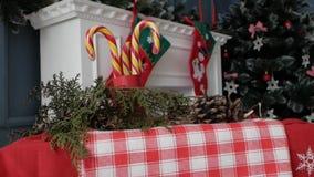 Εστία που διακοσμείται με τις διακοσμήσεις Χριστουγέννων απόθεμα βίντεο