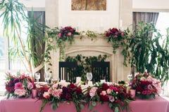 Εστία που διακοσμείται με burgundy τα λουλούδια χρωμάτων στοκ εικόνες
