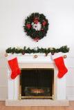 Εστία Χριστουγέννων με τις κάλτσες santa Στοκ Εικόνα