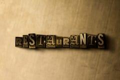 ΕΣΤΙΑΤΟΡΙΑ - κινηματογράφηση σε πρώτο πλάνο της βρώμικης στοιχειοθετημένης τρύγος λέξης στο σκηνικό μετάλλων Στοκ Φωτογραφία