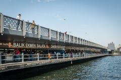 Εστιατόρια κάτω από τη γέφυρα Galata στη Ιστανμπούλ, Τουρκία Στοκ Εικόνες