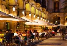 Εστιατόρια σε Placa Reial στη νύχτα Βαρκελώνη Στοκ Φωτογραφία
