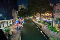 Εστιατόρια του San Antonio Riverwalk τη νύχτα Στοκ Φωτογραφία