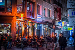 Εστιατόρια, φραγμοί και καφετερίες στο βράδυ στοκ εικόνα