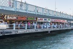 Εστιατόρια ψαριών στον καφέ οδών γεφυρών Galata σε Istambul Στοκ Εικόνα