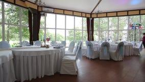 Εστιατόριο Γαμήλιος πίνακας σε μια γαμήλια γιορτή που διακοσμείται με τη νυφική ανθοδέσμη Αίθουσα συμποσίου εορταστικός πίνακας γ απόθεμα βίντεο