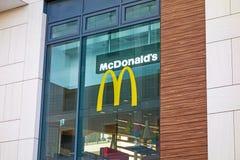 Εστιατόριο γρήγορου φαγητού της McDonald's - παράθυρο με το λογότυπο Στοκ Φωτογραφίες