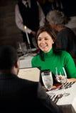 Εστιατόριο: Γυναίκα έξω για την ημερομηνία στο ρομαντικό εστιατόριο Στοκ Φωτογραφία