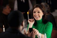 Εστιατόριο: Γυναίκα που εκπλήσσεται από το δαχτυλίδι αρραβώνων και την πρόταση Στοκ Φωτογραφίες
