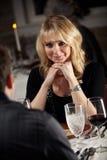 Εστιατόριο: Ζεύγος κατά τη ρομαντική ημερομηνία στο φανταχτερό εστιατόριο Στοκ Φωτογραφία