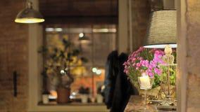 Εστιατόριο με το θερμό φως και την ατμόσφαιρα στοκ εικόνες