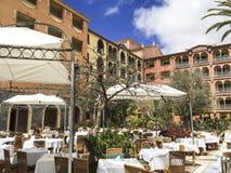 Εστιατόριο ξενοδοχείων στο patio ενός ξενοδοχείου πολυτελείας Στοκ Φωτογραφίες