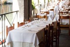 Εστιατόριο στο κανάλι Βενετία Πίνακας που θέτει για ένα καλό γεύμα Γυαλιά που τίθενται κενά στον καφέ εσωτερικό μέρος πετσέτες Στοκ εικόνες με δικαίωμα ελεύθερης χρήσης