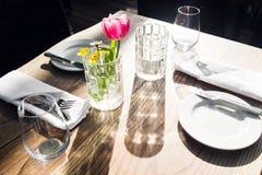 Εστιατόριο στο κανάλι Βενετία Τουλίπα vase Πίνακας που θέτει για ένα καλό γεύμα Γυαλιά που τίθενται κενά στον καφέ Μέρος Στοκ Εικόνα