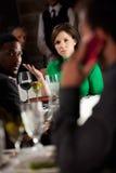 Εστιατόριο: Το άτομο που χρησιμοποιεί το τηλέφωνο κυττάρων στο εστιατόριο ενοχλεί άλλων Στοκ Φωτογραφία