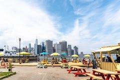 Εστιατόριο τροφίμων οδών ενάντια στον ορίζοντα της Νέας Υόρκης στοκ εικόνες