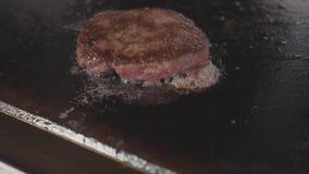 Εστιατόριο τροφίμων οδών, κινηματογράφηση σε πρώτο πλάνο που ψήνει cutlet burgers στην επιφάνεια τηγανίσματος στη σχάρα απόθεμα βίντεο