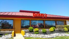 Εστιατόριο Dennys και αμερικανικός γευματίζων στις Ηνωμένες Πολιτείες - τη ΦΙΛΑΔΕΛΦΕΙΑ/την ΠΕΝΣΥΛΒΑΝΙΑ - 8 Απριλίου 2017 στοκ φωτογραφία με δικαίωμα ελεύθερης χρήσης