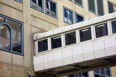 Εσωκλειόμενη διάβαση πεζών μεταξύ των κτιρίων γραφείων Στοκ φωτογραφίες με δικαίωμα ελεύθερης χρήσης