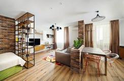 Εσωτερικά διαμερίσματα στούντιο, με τα ράφια και τα πατώματα σκληρού ξύλου Στοκ Φωτογραφία