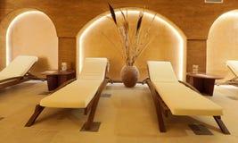 Εσωτερικά και ξύλινα κρεβάτια χώρων ανάπαυσης SPA με τις άσπρες πετσέτες Στοκ φωτογραφία με δικαίωμα ελεύθερης χρήσης