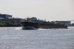 Εσωτερικά σκάφη φορτίου στα LEK ποταμών που μεταφέρουν seafreight στα λιμάνια στη Γερμανία και την Ελβετία στοκ φωτογραφίες